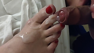 Cum on her toes