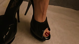 Wifes Heels and Feet Pissing